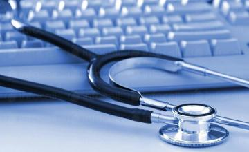 Организира провеждането на медицински прегледи на обслужваните работници и служители