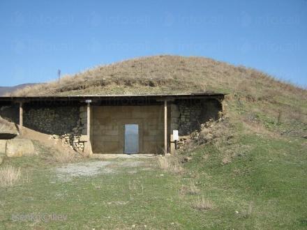 Храм в могила Голяма Арсеналка - Исторически музей Искра Казанлък