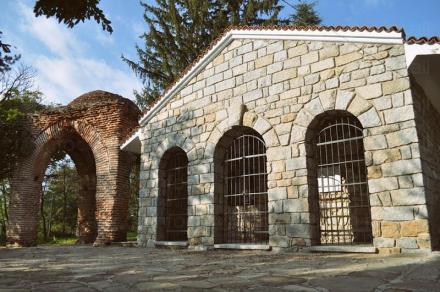Казанлъшка гробница Казанлък - Исторически музей Искра